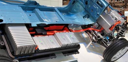 纯电动汽车的底盘由大量电池模块组成