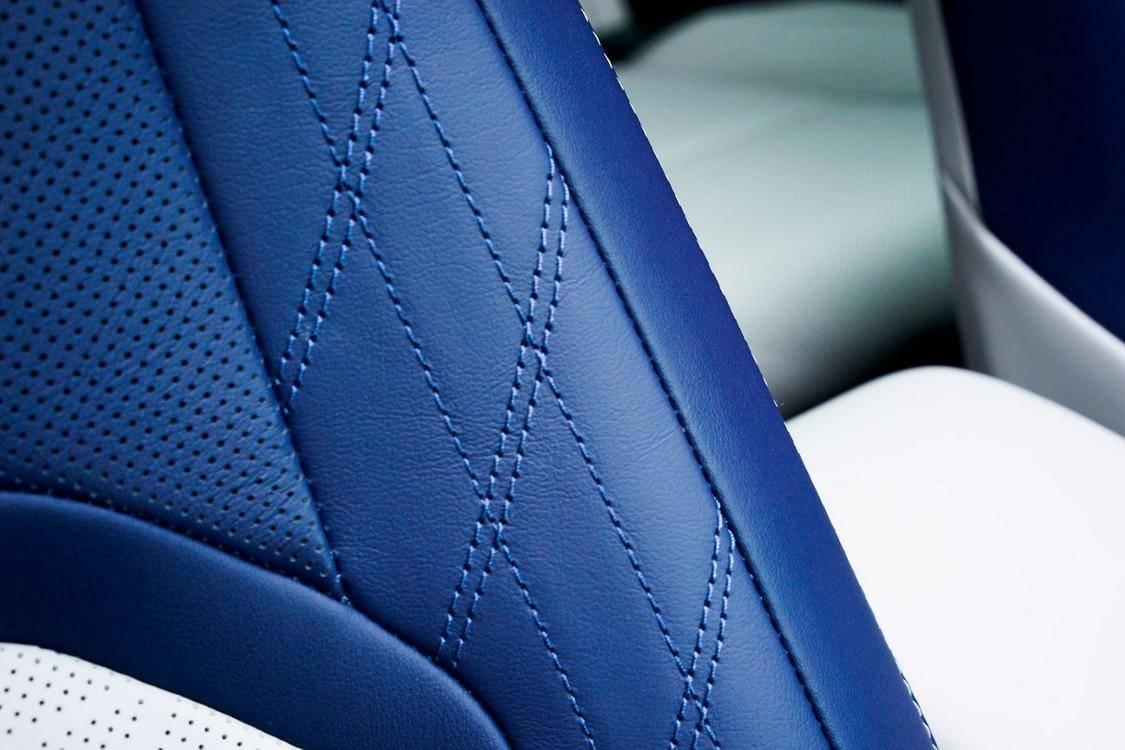 全新 UX 常规车型共有 5 种座椅配色可供选择(淳白色、桦树白色、黑色、赭石晶棕色、琉璃蓝白双色)